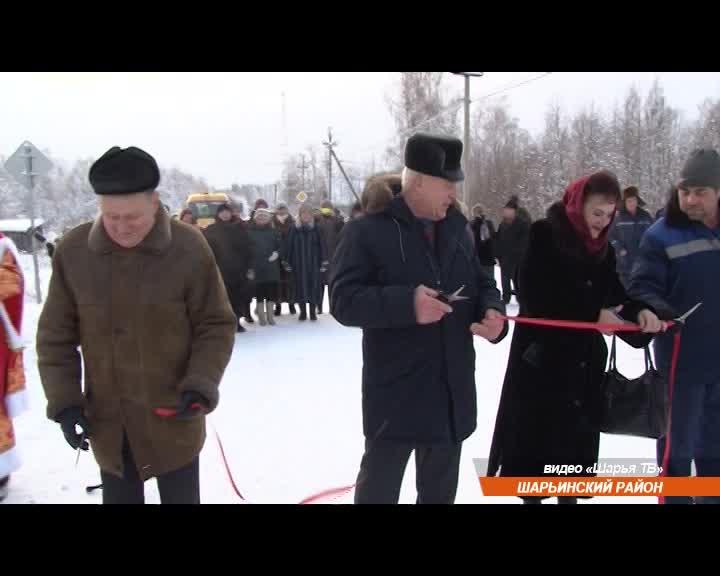 В Костромской области новую дорогу пришли открывать Дед Мороз и Снегурочка