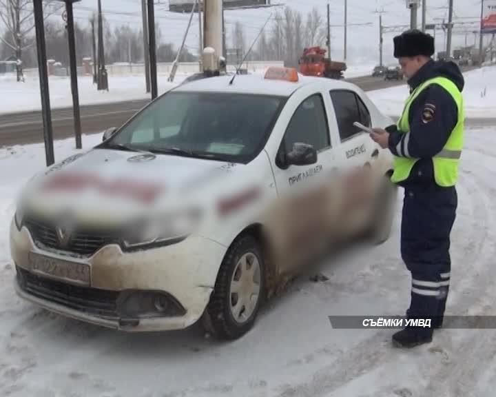 Госавтоинспекторы задержали в Костроме сотрудника такси с поддельным водительским удостоверением