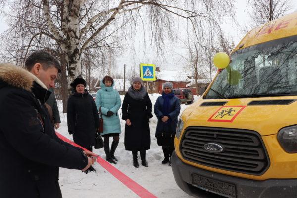 Учащихся второй школы города Макарьева Костромской области на уроки теперь доставляет комфортный микроавтобус