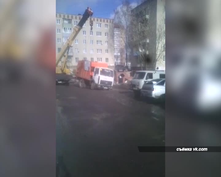 В Костроме под асфальт провалился мусоровоз
