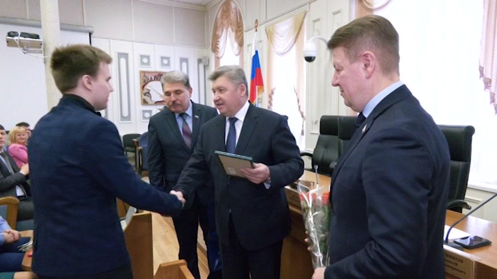 Десять талантливых ребят получили свидетельства стипендиатов Костромской областной Думы