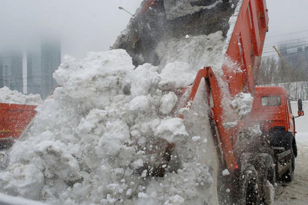 Власти Костромы напоминают управляющим компаниям о необходимости чистить снег во дворах, а также вывозить его на специальные свалки