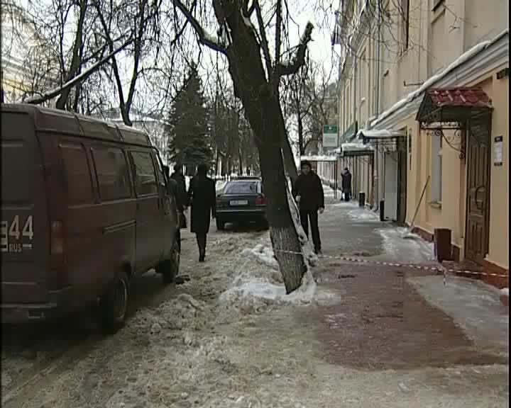 Три человека, включая одиннадцатилетнего ребенка, пострадали от упавшего с крыши снега на улицах Костромы