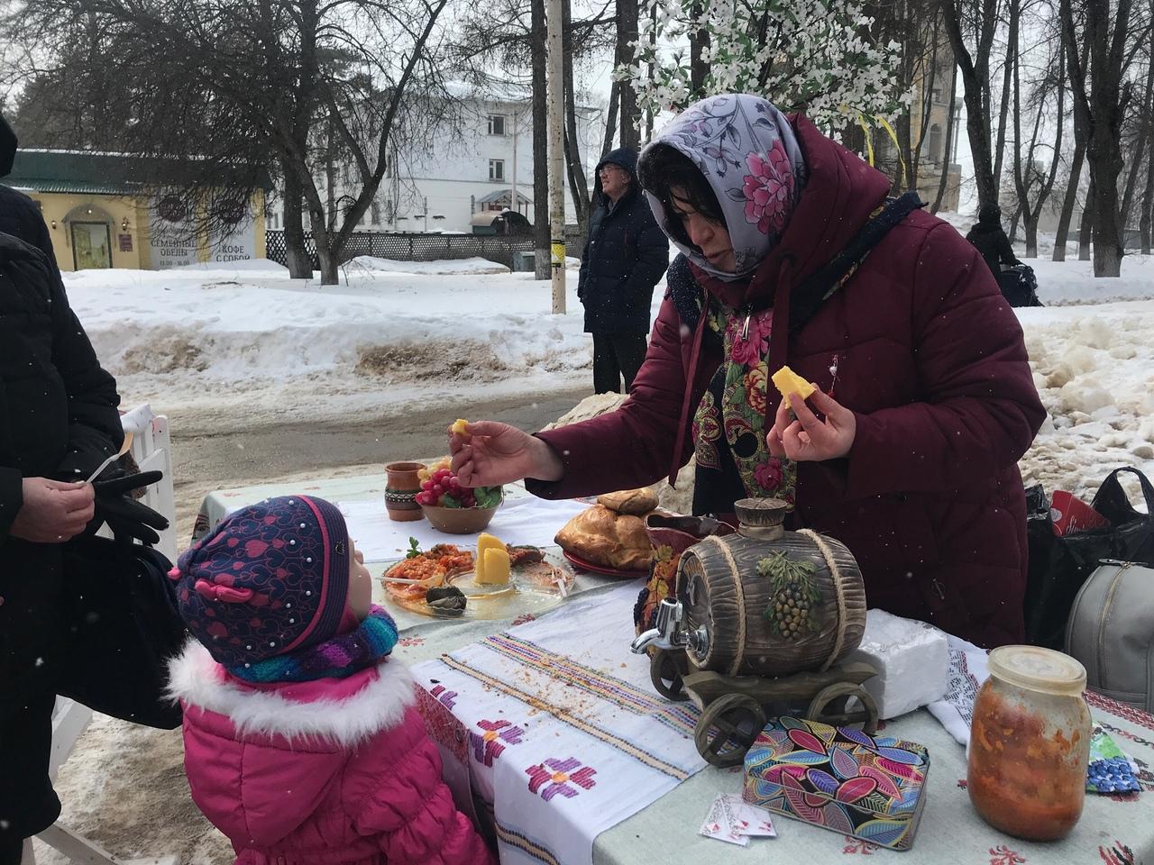 В Костроме участники фестиваля «Крымская весна» угощали костромичей медом и сыром