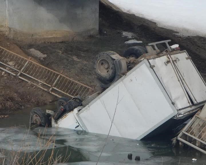 В Костромской области грузовик рухнул в воду с моста