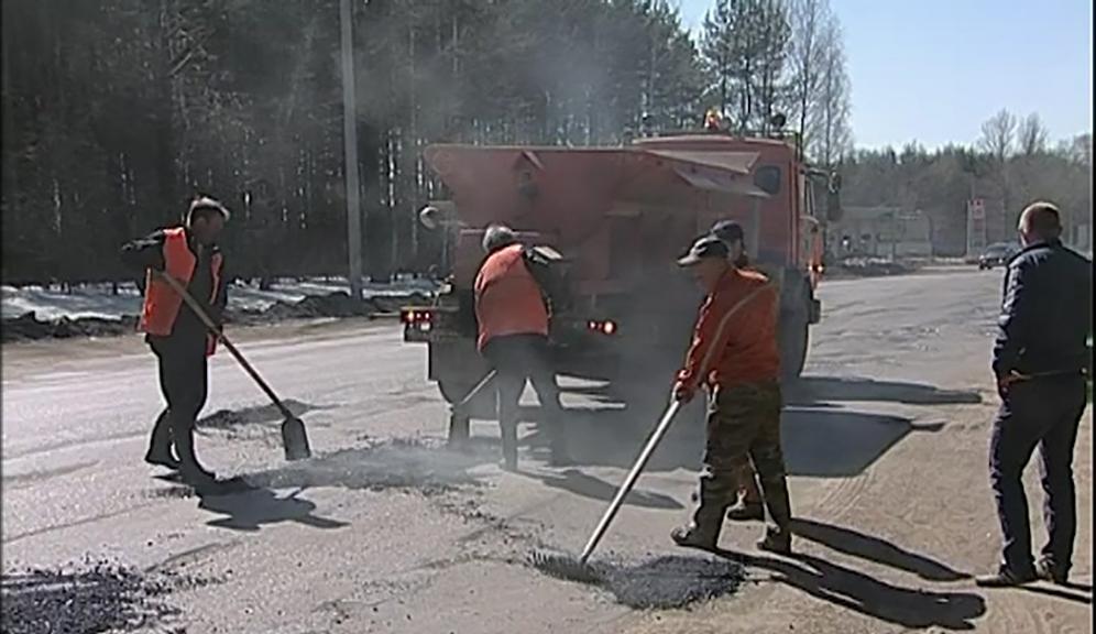 В п. Кадый Костромской области приступили к грейдированию дорог.