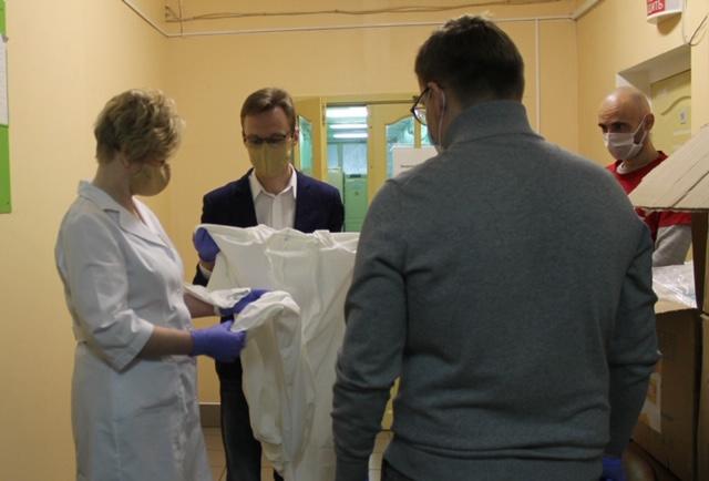 ОНФ передал костромским медикам 200 защитных костюмов