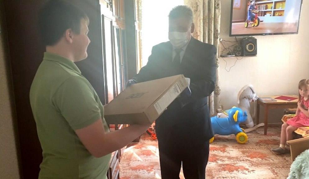 Школьник из Красносельского района получил в подарок ноутбук