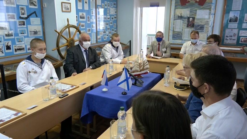 Курсанты детского морского центра рассказали о кругосветном плавании губернатору