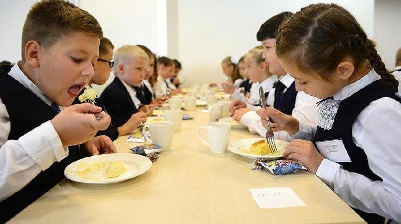 С сентября все ученики начальных классов будут бесплатно питаться в школе