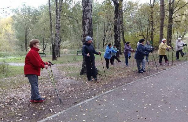 Костромские пенсионеры соревнуются в технике скандинавской  ходьбы