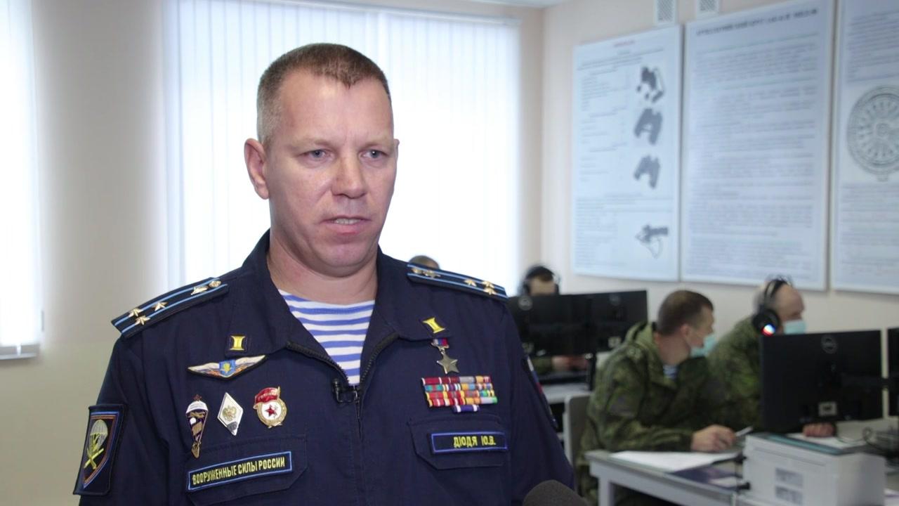 Один из тех, кто сегодня принимает поздравления – Герой России Юрий Дюдя