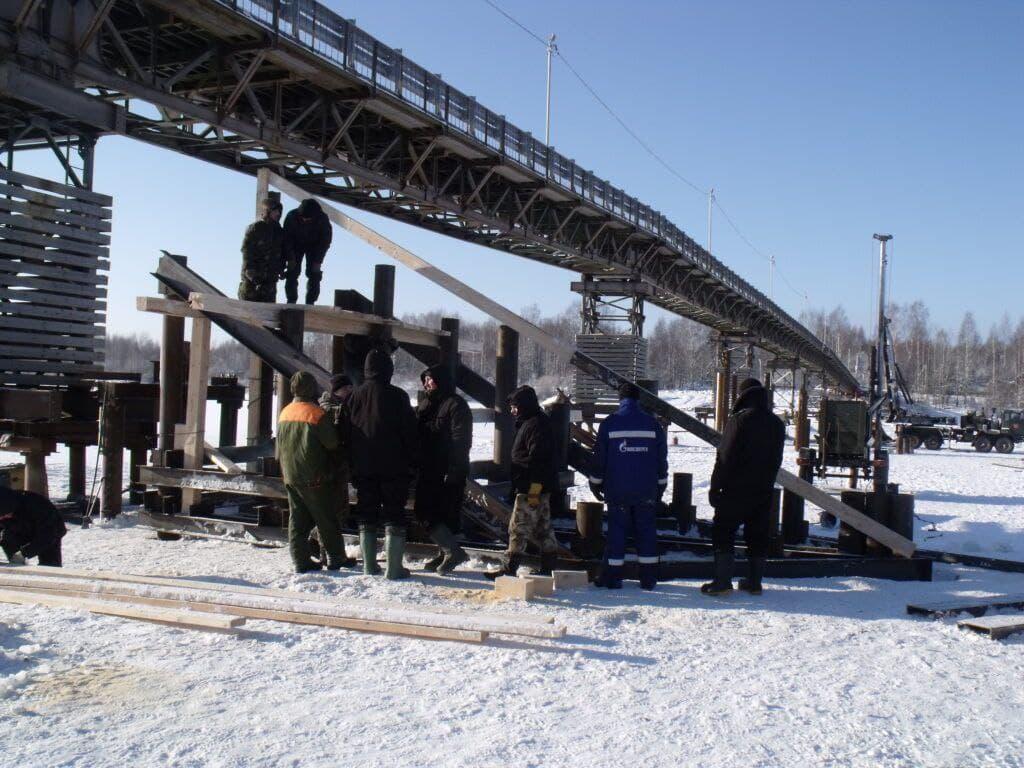 Военные спасают мост через Унжу от будущего ледохода
