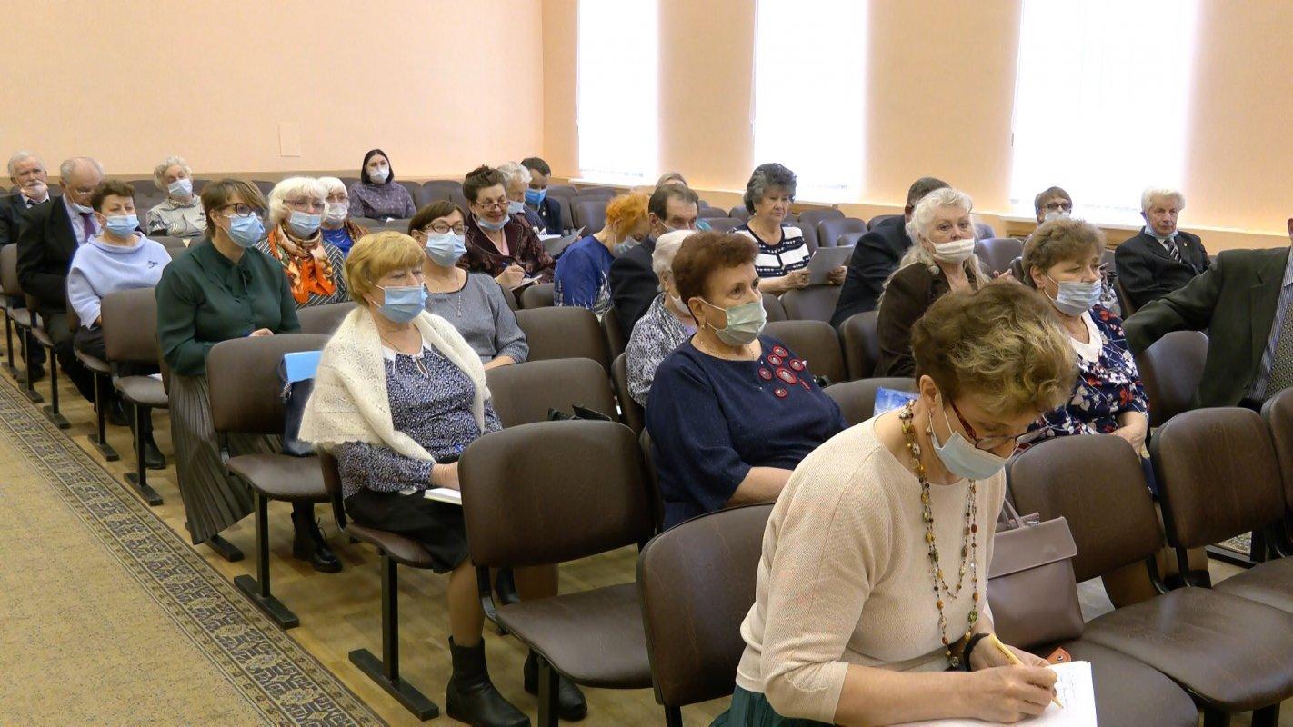 Помогать пожилым людям и воспитывать  молодежь
