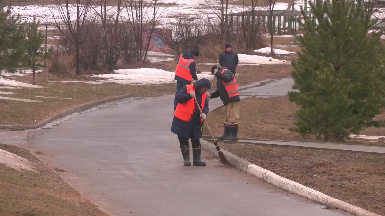 Сегодня в Костроме приступили к уборке Парка Победы