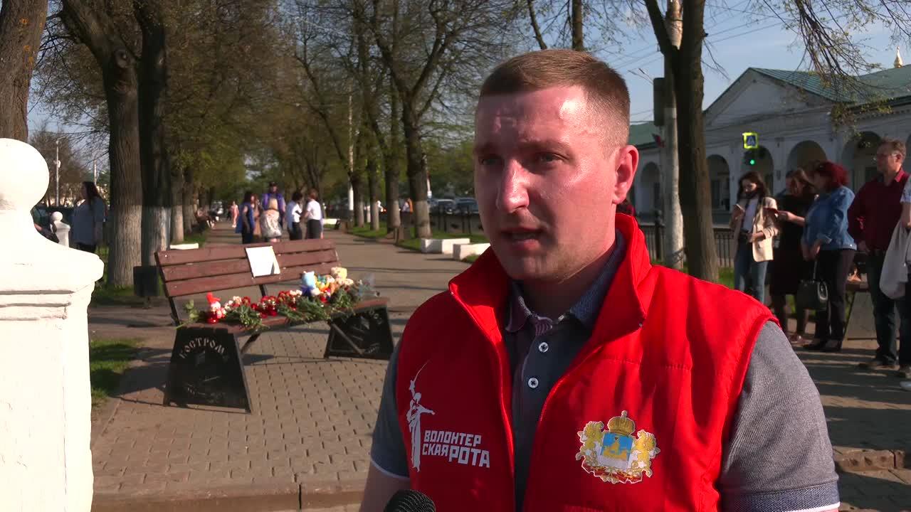 Сегодня в Ботниковском сквере собрались костромичи, чтобы почтить память погибших в Татарстане
