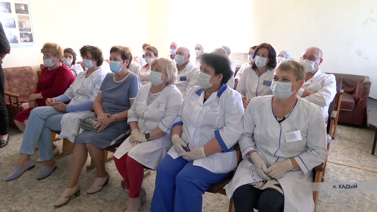 Сегодня поздравления с профессиональным праздником принимали медики и в районах