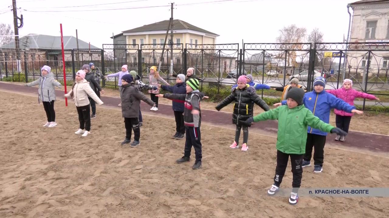 Красносельские школьники занимаются физкультурой в современных условиях