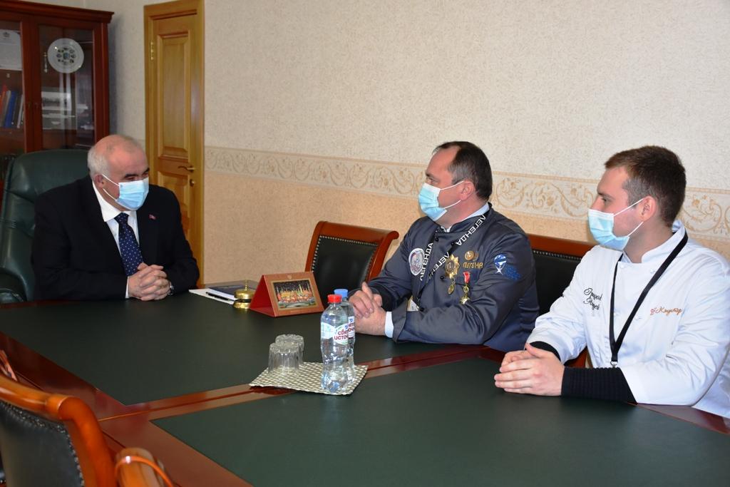 Сегодня губернатор Сергей Ситников встретился с олимпийским чемпионом, но не спортсменом -  кулинаром.
