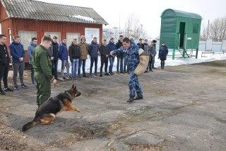 Студенты Костромского автотранспортного колледжа оценили бронетранспортер «Выстрел»