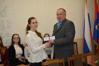 Глава города Мантурово вручил удостоверения членам молодежного правительства