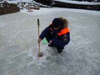 Сотрудники ГИМС измеряли лёд на костромских реках