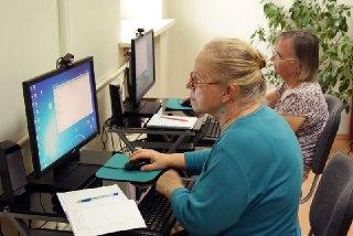 В Костроме учат пожилых людей записываться к врачам через интернет