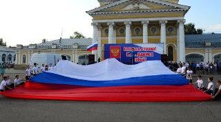 В Костроме над Сусанинской площадью сегодня будут парить сразу несколько флагов России