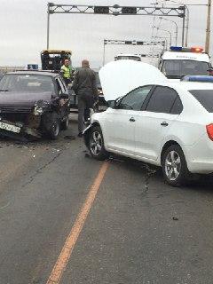 В Костроме на мосту через Волгу столкнулись три машины