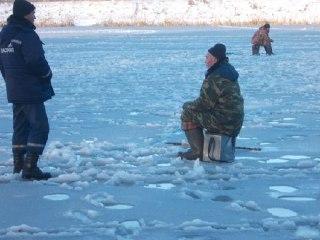 Костромские спасатели предупредили, что на лед выходить опасно